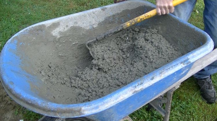 how to mix concrete in a wheelbarrow