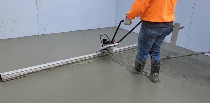Battery electric concrete screed