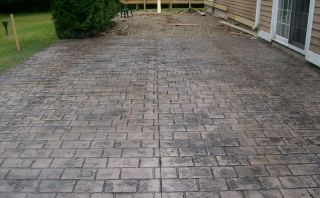 Stamped concrete overlay with a cobblestone pattern