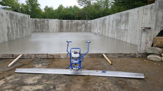Vibrating concrete screed